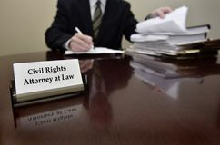 Avvocato di diritti civili allo scrittorio con il biglietto da visita Fotografia Stock