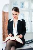 Avvocato in libro di legge della lettura dell'ufficio Immagini Stock Libere da Diritti