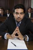 Avvocato maschio sicuro Sitting In Courtroom fotografie stock libere da diritti