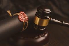 Avvocato o avvocato che lavora nell'ufficio con il bollo automatico documento di notaio dell'uomo di affari dell'avvocato dell'av fotografia stock