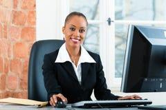 Avvocato in ufficio che si siede sul computer fotografia stock