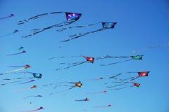 Avvolga il festival alla spiaggia di Bondi, Sydney, Australia il 10 settembre 2017 Gli aquiloni variopinti nel cielo come evento  Immagine Stock