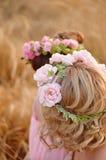 avvolga le rose sulla testa della bionda, capelli ricci immagine stock libera da diritti