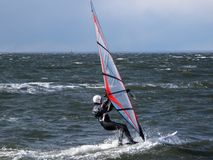 Avvolga praticare il surfing Fotografia Stock