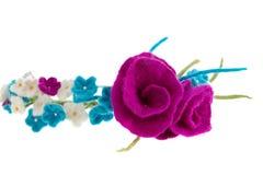 Avvolga sulla testa dei fiori bianchi e blu con le rose Immagine Stock