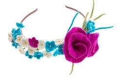 Avvolga sulla testa dei fiori bianchi e blu con le rose Fotografie Stock