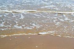 Avvolgimento dell'oceano su una spiaggia calma Fotografia Stock Libera da Diritti