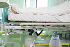Avvolto in un paziente generale in un letto di ospedale fotografia stock