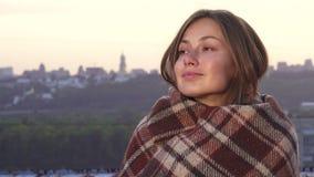 Avvolto in una coperta la ragazza gode del tramonto fotografia stock
