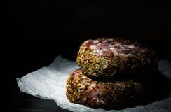 Aw de koteletten van het de hamburgerlapje vlees van het rundvleesvlees beefsteack op papier op donkere houten achtergrond Stock Foto
