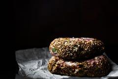 Aw de koteletten van het de hamburgerlapje vlees van het rundvleesvlees beefsteack op papier op donkere houten achtergrond Royalty-vrije Stock Fotografie