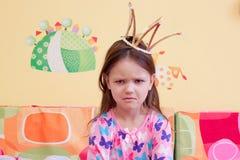 Awakened kränkte den onda lilla flickan tidigt på morgonen Royaltyfri Bild