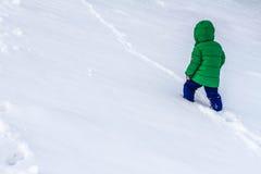 Awanturniczy małego dziecka odprowadzenie przez śniegu Obrazy Stock