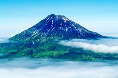 Awanturuje szczytowego wulkan przy Paramushir wyspą, Rosja Obraz Stock