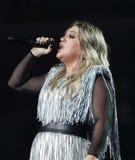 Award-winningsuperstar Kelly Clarkson Grammy singt während US Open-Premiere-Tat 2018 in der nationalen Tennis-Mitte in New York lizenzfreie stockbilder