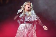 Award-winningsuperstar Kelly Clarkson Grammy singt während US Open-Premiere-Tat 2018 in der nationalen Tennis-Mitte in New York stockfotos