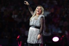 Award-winningsuperstar Kelly Clarkson Grammy singt während US Open-Premiere-Tat 2018 in der nationalen Tennis-Mitte in New York stockbild