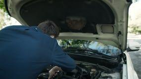 Awaria samochód na drodze Córka daje wyrwaniu ojciec, naprawia silnika zbiory