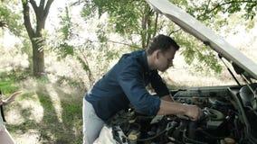 Awaria samochód na drodze Córka daje wyrwaniu ojciec, naprawia silnika zbiory wideo
