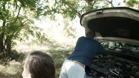 Awaria samochód na drodze Córka daje wyrwaniu ojciec, naprawia silnika zdjęcie wideo