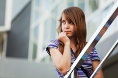 away flicka som ser tonårs- Arkivbilder