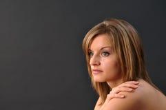 away härlig flicka som ser tonårs- Royaltyfri Fotografi