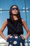 away seende långt solglasögon som slitage kvinnan Arkivbild