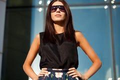 away seende långt solglasögon som slitage kvinnan Royaltyfri Bild