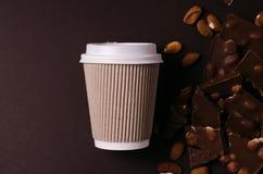 away take för kaffekopp Bästa sikt av varma drink- och chokladskivor Royaltyfri Fotografi
