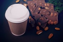away take för kaffekopp Bästa sikt av varma drink- och chokladskivor Royaltyfria Bilder