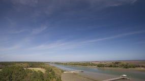 Awendaw SC两岸间的水路 免版税库存照片