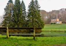 Ławka domem na wzgórzach i jeziorem Zdjęcie Royalty Free