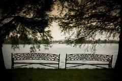 Ławka i jezioro dla relaksu Zdjęcie Royalty Free