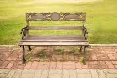Ławka jest w zielonym parku Zdjęcia Royalty Free