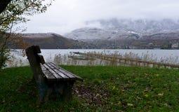 Ławka na brzeg jezioro Obrazy Stock