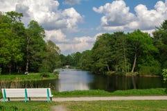 Ławka na brzeg parkowy jezioro lub staw Obrazy Royalty Free