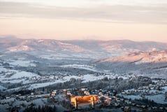 Ławka na Ochodzita wzgórza szczycie z Koniakow wioski wzgórzami na tle w Beskid Slaski górach w Polska durin i bellow Zdjęcie Stock
