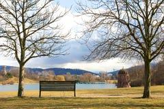 Ławka przy jeziorem Obraz Royalty Free