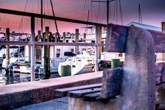 Ławka przy marina przy zmierzchem Zdjęcie Royalty Free