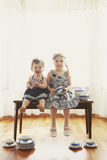 ławka rozdaje dziewczyny dwa obrazy stock