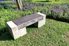 Ławka w kwiatu ogródzie Zdjęcia Stock