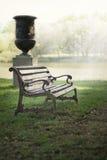 Ławka w parku na tle jezioro Obrazy Royalty Free