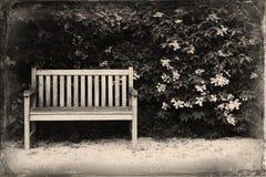 Ławka w parku Retro & rocznik pocztówka zdjęcia stock