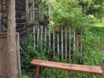Ławka w wioska starym domu Zdjęcia Stock