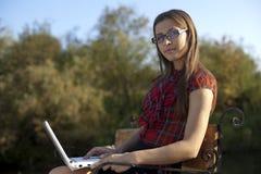 ławki dziewczyny laptopu praca Obraz Royalty Free