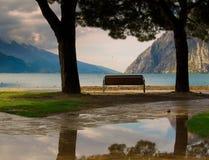 ławki gardy jeziora Obraz Royalty Free