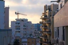 Awn över de bostads- byggnaderna i Tel Aviv, Israel arkivfoto