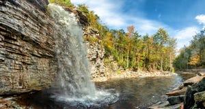 Awosting cai na reserva do parque estadual de Minnewaska Autumn Forest Nature Do norte do estado NY, EUA imagem de stock