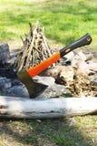 Ax wtykający w drzewnym bagażniku Zdjęcia Stock