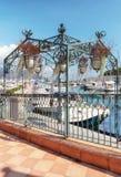 Axe de fer avec les paniers accrochants pour décorer le quai du port image libre de droits
